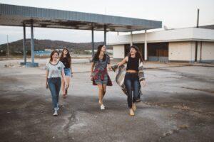 De laatste mode shoppen voor jonge tienermeisjes